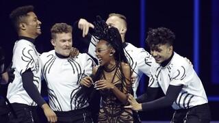 Eden Alene y su grupo de bailarines festejan los votos recibidos ayer para alcanzar el puesto 17° del certamen.