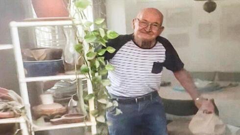 Uri Kimhi, de 88 años, sale de su refugio antibombas después de que su casa recibiera el impacto directo de un cohete lanzado en Gaza