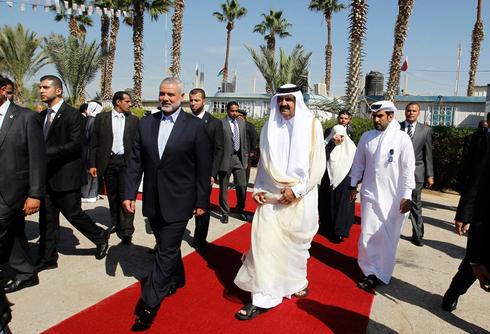 El emir de Qatar, Sheikh Hamad bin Khalifa al-Thani, con el líder de Hamás, Ismail Haniyeh.