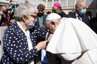 El beso del papa Francisco a una sobreviviente del Holocausto.