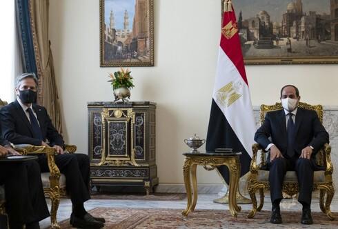 El secretario de Estado de EE.UU., Antony Blinken (izq.), se reúne con el presidente de Egipto, Abdel Fattah al-Sisi, en el palacio presidencial.