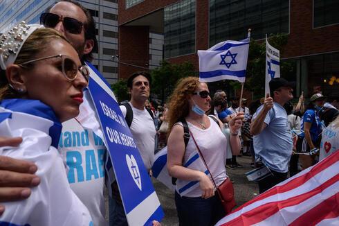 Manifestantes pro-Israel asisten a un mitin de denuncia del antisemitismo en Manhattan