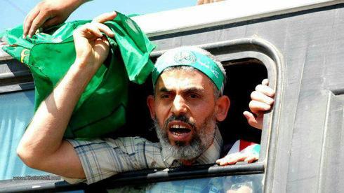 Sinwar sostiene una bandera palestina cuando fue liberado en 2011, como parte de un canje de prisioneros entre Hamás e Israel.