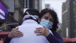 Una mujer musulmana abraza a Meir Kay.
