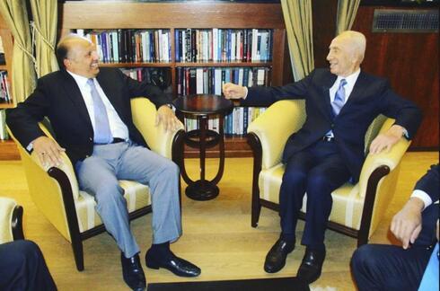 Isaac Assa junto al ex primer ministro Shimon Peres.