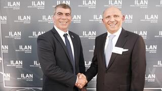 Gabi Ashkenazi, ministro de Relaciones Exteriores de Israel, junto a Isaac Assa, fundador de ILAN en el acto de inauguración de las actividades de la fundación en Israel.