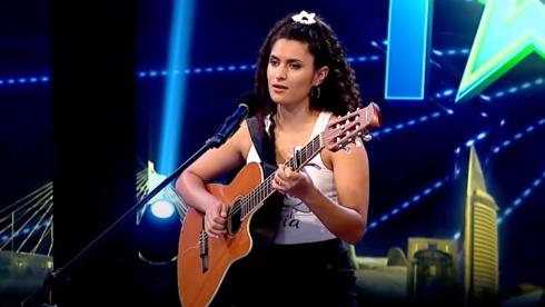 Lucía Abealar canta el himno de Israel en Got Talent Uruguay.