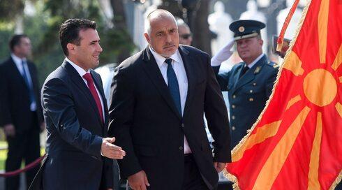 El entonces primer ministro macedonio Zoran Zaev, a la izquierda, da la bienvenida al primer ministro búlgaro, Boyko Borisov, para una visita de estado a Skopje, el 1 de agosto de 2019.