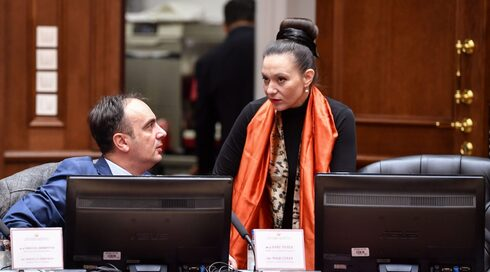 Rashela Mizrahi habla con un colega durante una reunión del gabinete en Skopje, Macedonia del Norte, el 14 de enero de 2020.