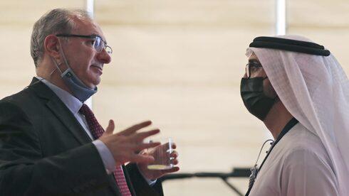 El embajador de Israel en los Emiratos Árabes Unidos, Eitan Na'eh, conversa con un funcionario emiratí en el Foro Global de Inversiones en Dubai.