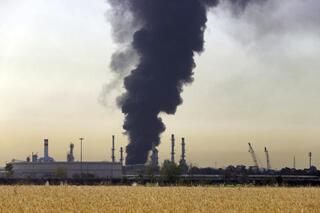 La columna de humo que se desprendía de la refinería.