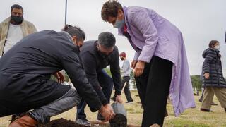 Ronen y Macri plantan un Zen de Campo.
