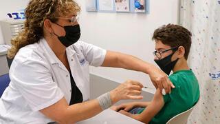 Un joven de 12 años se vacuna en Tel Aviv contra el coronavirus.