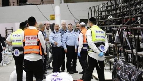 Paramédicos de United Hatzalah en la sinagoga de Givat Ze'ev donde se derrumbaron las gradas.