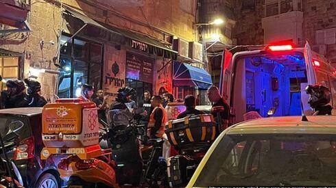 Paramédicos de United Hatzalah asisten a un trabajador árabe apuñalado en el mercado Mahane Yehuda de Jerusalem.