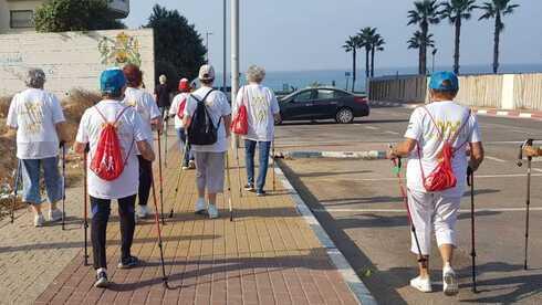 Adultos mayores caminan para hacer ejercicio en Israel.