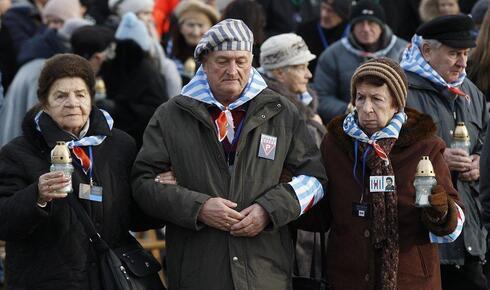 Sobrevivientes de Auschwitz asisten a una ceremonia por el Día del Holocausto dentro del campo de exterminio Auschwitz-Birkenau en Polonia.