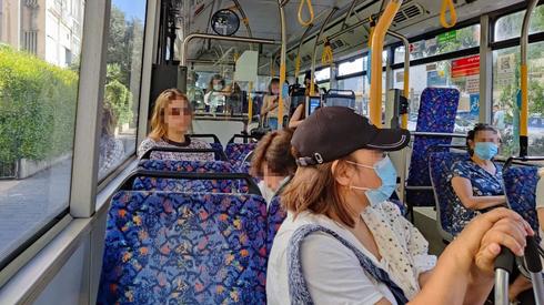 Una israelí con mascarilla en un autobús.