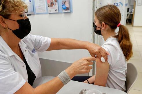 Un israelí de 14 años recibiendo la vacuna contra el coronavirus en Tel Aviv.