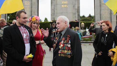 El veterano de guerra soviético David Dushman en el Memorial a los Soldados Soviéticos de Berlín.