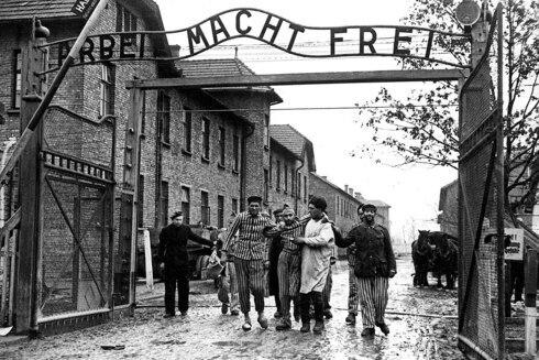 Soldados soviéticos liberan el campo de concentración de Auschwitz en Polonia.
