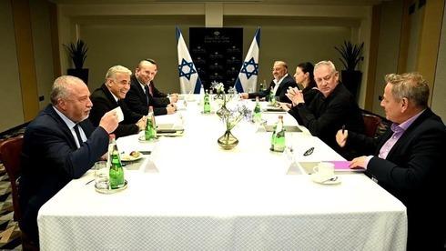 Reunión de los líderes de los partidos que forman parte de la coalición negociada por Lapid.