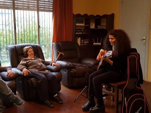 Lucía Abelar quiere que más músicos trabajen en residencias geriátricas.