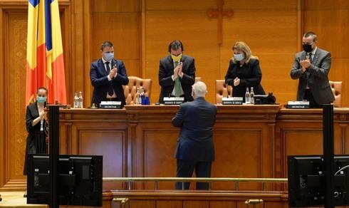 Rivlin junto a parlamentarios rumanos.