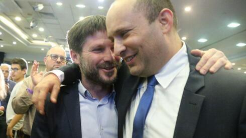 El primer ministro designado, Naftali Bennett, con el exaliado y líder religioso sionista, Bezalel Smotrich.