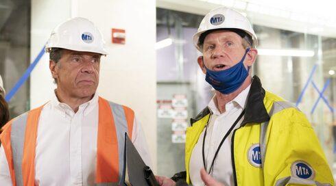 El gobernador Andrew Cuomo, a la izquierda, y el director de desarrollo de la MTA, Janno Lieber.