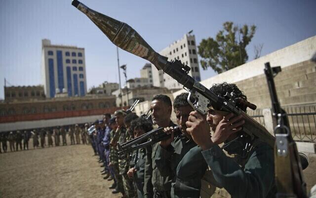 Combatientes rebeldes hutíes en Sanaa, Yemen, respaldados por Irán.
