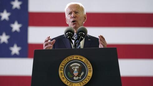 El presidente estadounidense Joe Biden se dirige a miembros de las Fuerzas Armadas estadounidenses en RAF Mildenhall en Suffolk, Inglaterra.