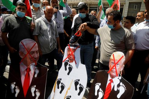 Palestinos en Ramallah protestan contra el acuerdo de normalización de Israel con los Emiratos Árabes Unidos en 2020.