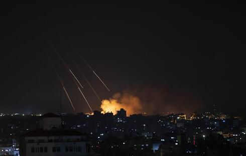 Columna de humo tras los ataques de la Fuerza Aérea israelí en la ciudad de Gaza, el jueves 13 de mayo de 2021.
