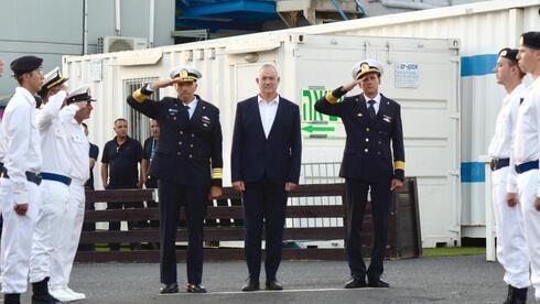 El ministro de Defensa Benny Gantz y el comandante de la Armada, Eli Sharvit (izq.) reciben al corbeta de patrulla Oz.