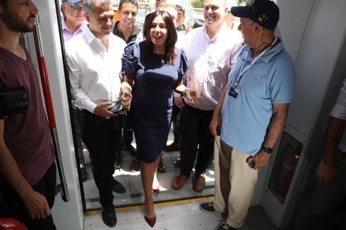 La ministra de Transporte, Miri Regev, durante la prueba del tren ligero en Petah Tikva.