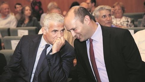 El gobierno encabezado por Naftali Bennett (derecha) y Yair Lapid de dispone a asumir el domingo por la tarde.