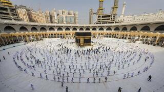Peregrinos caminan alrededor de la Kabba, en la Gran Mezquita de La Meca, la ciudad santa del islam, en Arabia Saudita en 2020.