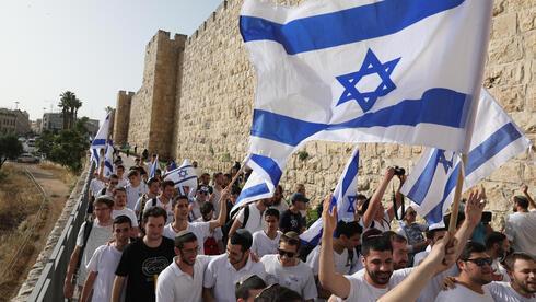 """Jóvenes religiosos israelíes en la """"Marcha de las Banderas"""" en Jerusalem el 10 de mayo, interrumpida por el comienzo del lanzamiento de cohetes de Hamás."""