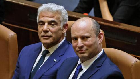El canciller Yair Lapid y el primer ministro Naftalí Bennett en el pleno de la Knesset el domingo.