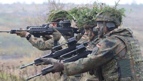 Soldados alemanes, en prácticas de maniobras militares.