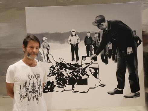 El artista polaco junto a una de sus obras.