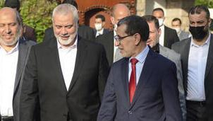 El primer ministro marroquí, Saad Dine El Otmani (derecha), recibe al líder de Hamás, Ismail Haniyeh (segundo desde la derecha) en Rabat.