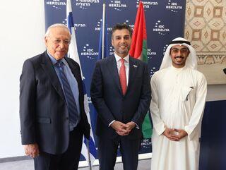 El joven emiratí junto al embajador de los Emiratos en Israel.