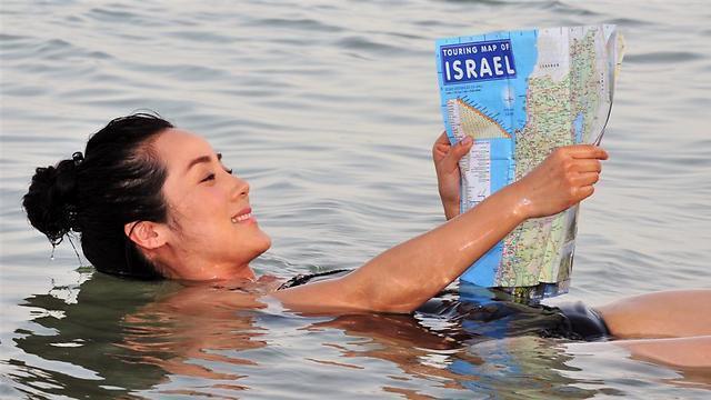 Una turista flota en las aguas del Mar Muerto.