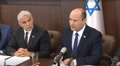 El primer ministro de Israel, Naftalí Bennett, se dirige al gabinete mientras lo escucha el ministro de Relaciones Exteriores, Yair Lapid.