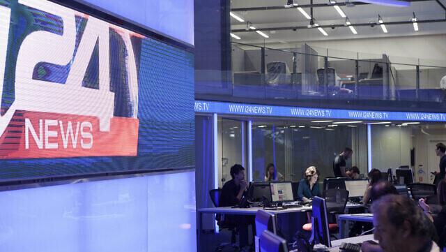 Periodistas trabajan en un estudio del canal de televisión i24news en Tel Aviv.