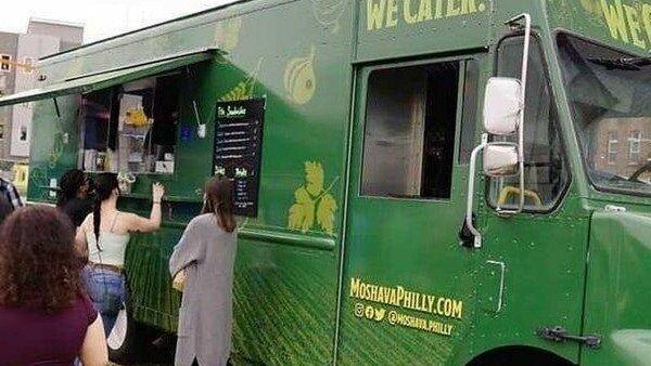 El camión de comida de Moshava Philly.