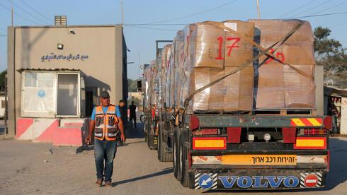 Camiones palestinos con artículos de exportación en el cruce Kerem Shalom.
