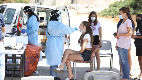 Jóvenes de una escuela de Binyamina son examinados por coronavirus después de un brote local de contagios.